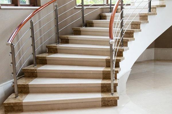 nên chọn cầu thang gỗ hay cầu thang đá ốp lát