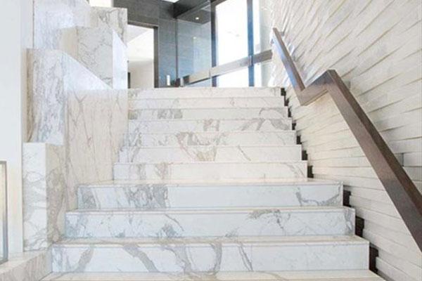 nên chọn đá ốp cầu thang màu gì cho ngôi nhà