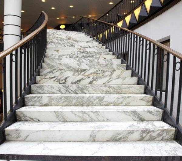 lưu ý sử dụng đá nhân tạo trong ốp lát cầu thang